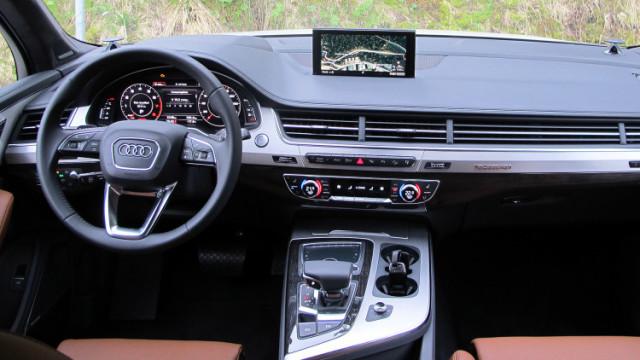 2017 Audi Q7 cockpit