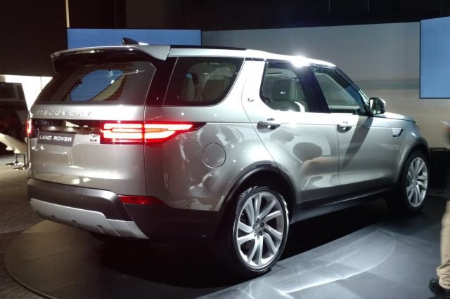 2017-land-rover-discovery-at-2016-paris-motor-show