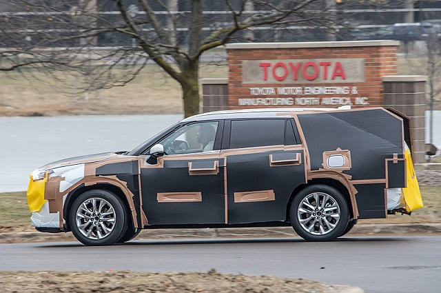 2020 Toyota Highlander spy side